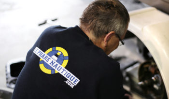 Techniciens mécanique moteur hors-bord